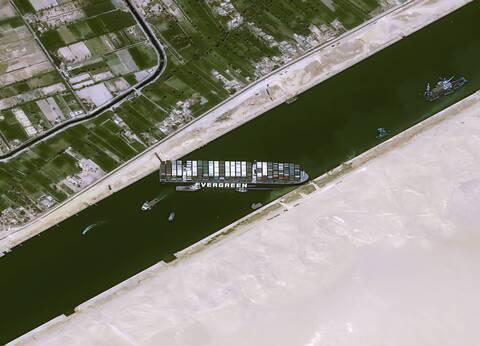 «Απελευθερώνοντας» το Ever Given: Πώς θα αποκολληθεί το πλοίο που έφραξε τη Διώρυγα του Σουέζ