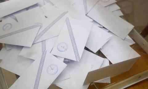 Δημοσκόπηση: Σταθερά δημοφιλέστεροι υπουργοί της κυβέρνησης Νίκος Δένδιας και Βασίλης Κικίλιας