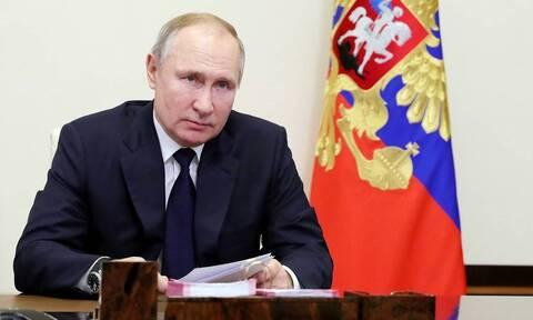 Путин рекомендовал защитить от списания по долгам минимальный доход граждан
