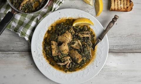 Σουπιές με σπανάκι: Νηστίσιμη συνταγή από τον Άκη Πετρετζίκη