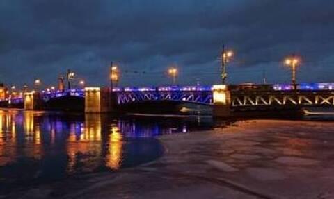 Ρωσία: Γαλανόλευκη η Γέφυρα του Παλατιού της Αγίας Πετρούπολης – Εντυπωσιακές εικόνες