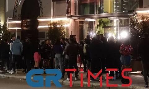 Θεσσαλονίκη: Ποιος κορονοϊός - Επέμβαση της αστυνομίας σε καφέ-μπαρ για συνωστισμό