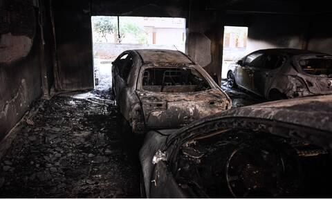 Εικόνες - σοκ σε πολυκατοικία της Θεσσαλονίκης - Κάηκαν αυτοκίνητα μετά από εμπρηστική επίθεση
