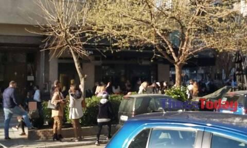 Θεσσαλονίκη: Ποιος κορονοϊός; - Συνωστισμός για ένα καφέ – Οι νέες εικόνες που προκαλούν οργή