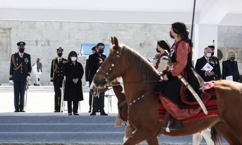 Παρέλαση 25ης Μαρτίου: Η Πρόεδρος της Δημοκρατίας, ο σύντροφός της και το πρωτόκολλο εθιμοτυπίας