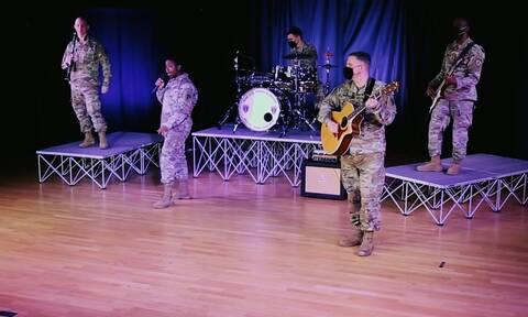 Συγκινητικό βίντεο: Η μπάντα του αμερικάνικου στρατού τραγουδά τον «Χορό του Ζαλόγγου»