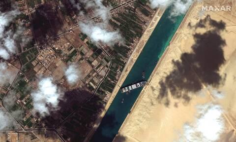 Διώρυγα Σουέζ: Εγκλωβισμένο για έκτη ημέρα το πλοίο Ever Given - Αφαιρούν φορτίο