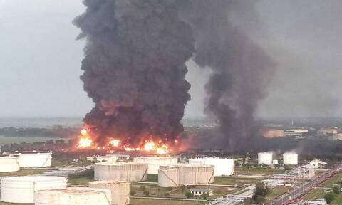 Ινδονησία: Πέντε τραυματίες από τεράστια φωτιά σε διυλιστήριο - Φόβοι για νεκρούς