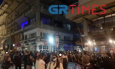 Θεσσαλονίκη: Εικόνες συνωστισμού γύρω από καφέ - Εκατοντάδες άτομα έπιναν το ποτό τους (pics & vids)