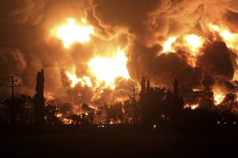 Κόλαση πυρός: Εικόνες ολέθρου από φωτιά σε διυλιστήριο στην Ινδονησία