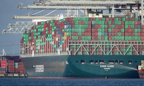 Заблокировавший Суэцкий канал контейнеровоз вернули на фарватер