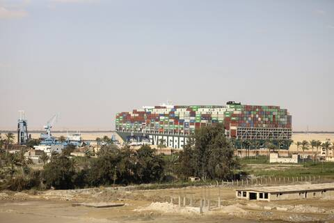 Διώρυγα του Σουέζ: Τουλάχιστον 6 ημέρες θα χρειαστούν για να περάσουν τα πλοία που περιμένουν