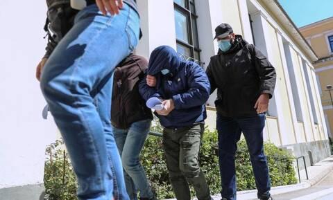 Κλοπή Θυρίδων στο Χαλάνδρι: Η σύλληψη στο γαλακτοπωλείο, η σειρά της ΕΡΤ και οι πιθανοί συνεργοί