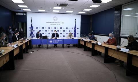 Κορονοϊός: Ο Βασίλης Κικίλιας ενημερώνει τα κόμματα για την πανδημία