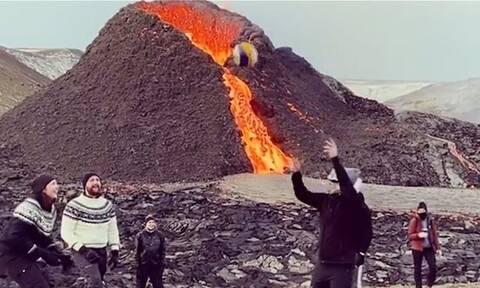 Είναι τρελοί οι Ισλανδοί! Το ηφαίστειο «έφτυνε» λάβα και αυτοί έπαιζαν βόλεϊ