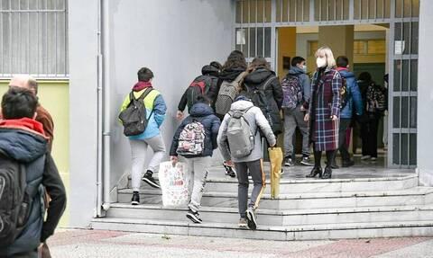 Άνοιγμα σχολείων: Υποχρεωτικό το τεστ κορονοϊού για τους μαθητές – Πότε θα επιστρέψουν στις τάξεις