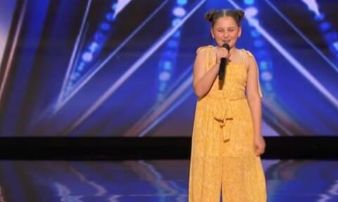 Το διαδίκτυο την αποθέωσε για τη φωνή της - Ακούστε τη να τραγουδάει