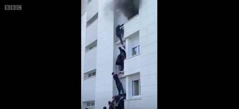 Βίντεο: Νεαροί ήρωες σκαρφαλώνουν σε φλεγόμενο κτίριο και σώζουν οικογένεια