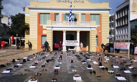 Ηράκλειο: Συμβολική διαμαρτυρία εμπόρων – Η πλατεία Ελευθερίας γέμισε με… άδεια παπούτσια