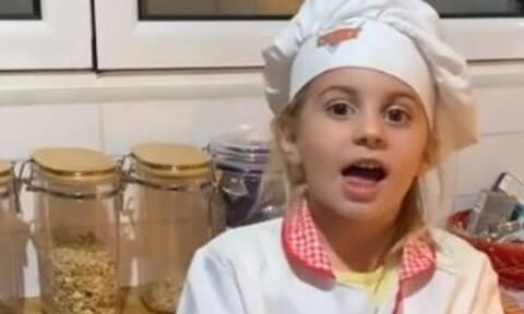 Στην κουζίνα της Μαλένας: Η κόρη του Στέλιου Χανταμπάκη φτιάχνει πίτσα
