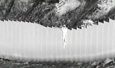 Αδιανόητο: Δουλέμποροι πέταξαν κορίτσια 3 και 5 ετών από τοίχο 4 μέτρων για να τα περάσουν στις ΗΠΑ
