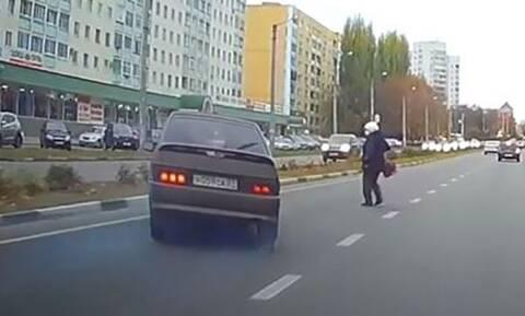 Γιαγιά είχε Άγιο καθώς διέσχιζε απρόσεκτα το δρόμο (video)