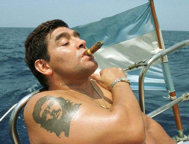Ο Τσε Γκεβάρα στο μπράτσο του Ντιέγκο Μαραντόνα