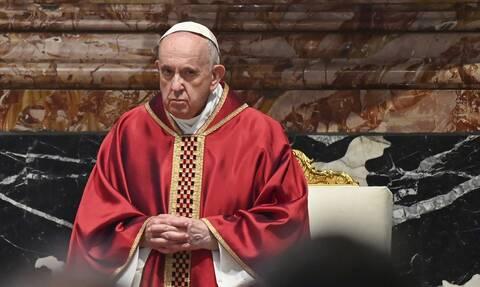 Ιταλία: Ο πάπας Φραγκίσκος επισκέφθηκε την αίθουσα του Βατικανού όπου εμβολιάζονται άστεγοι