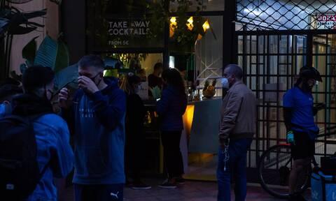 Ποιο lockdown; Όλοι έξω για ποτό με… take away – Έκανε επέμβαση στην Αθήνα η αστυνομία