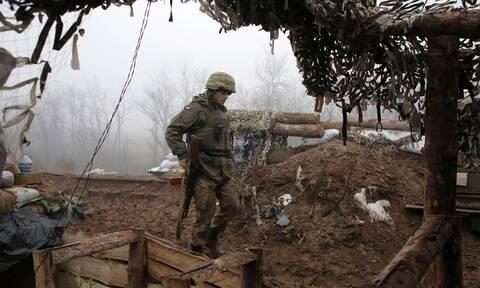 Επικίνδυνη κλιμάκωση μεταξύ Δύσης- Ρωσίας για την Ουκρανία: Δέσμευση Μπάιντεν για «ακλόνητη στήριξη»