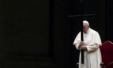 Tο βράδυ της Παρασκευής ο πάπας Φραγκίσκος τέλεσε τον δεύτερο Δρόμο του Σταυρού