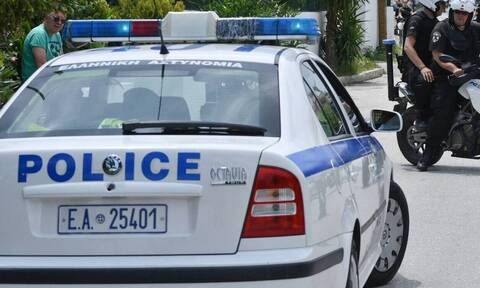 Θεσσαλονίκη: Αστυνομικοί πήγαν να συλλάβουν γυναίκα και εκείνη τους... έφτυσε!