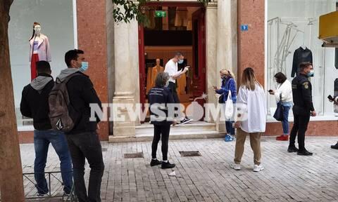 Άνοιξαν τα καταστήματα - Ρεπορτάζ Newsbomb.gr: Με τα κινητά οι καταναλωτές - Ουρές, έλεγχοι και τεστ