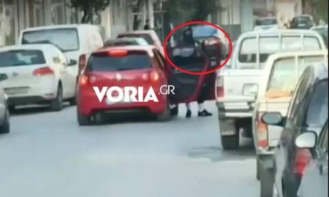 Θεσσαλονίκη: Εικόνες τρόμου - Έβγαλε την καραμπίνα στη μέση του δρόμου