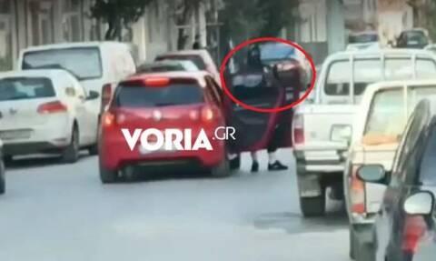 Χαλάστρα: Βίντεο – ντοκουμέντο από τη ληστεία στα ΕΛΤΑ με τον τσιλιαδόρο να κρατά καραμπίνα