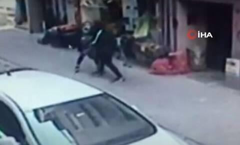 Φρίκη στην Τουρκία: Σύζυγος μαχαίρωσε στη μέση του δρόμου τη γυναίκα του (ΠΡΟΣΟΧΗ ΣΚΛΗΡΕΣ ΕΙΚΟΝΕΣ)