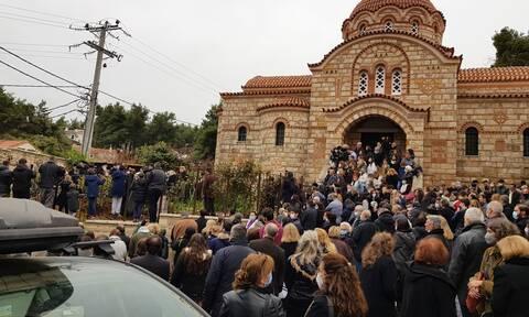Μητροπολίτης Κηφισιάς για τον συνωστισμό στην κηδεία αρχιμανδρίτη: Τι να κάνω έξω από την εκκλησία;