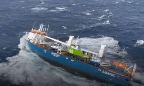 Βίντεο για γερά νεύρα: Διάσωση από αέρος ναυτών ακυβέρνητου πλοίου στη Νορβηγία