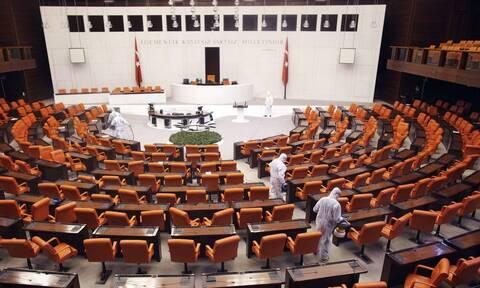 DW: To τρίτο κύμα πανδημίας σαρώνει την Τουρκία και «χτυπά» τον Ερντογάν