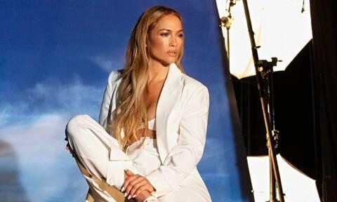 Η Jennifer Lopez ποζάρει με μαγιό και μείναμε με το στόμα ανοικτό!