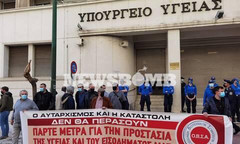 Ρεπορτάζ Newsbomb.gr: Διαμαρτυρία νοσοκομειακών γιατρών έξω από το υπ. Υγείας