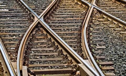 Βόλος: Ξάπλωσε στις γραμμές του τρένου και φώναζε «πατήστε με»