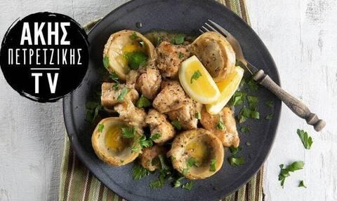 Κοτόπουλο λεμονάτο με αγκινάρες από τον Άκη Πετρετζίκη