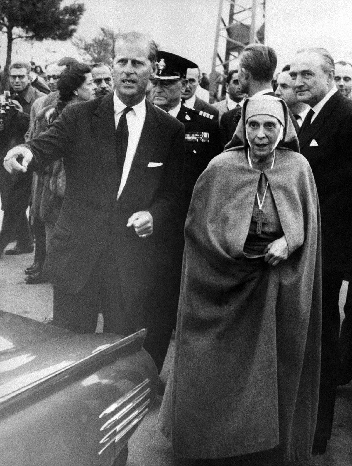 O πρίγκιπας Φίλιππος με τη μητέρα του