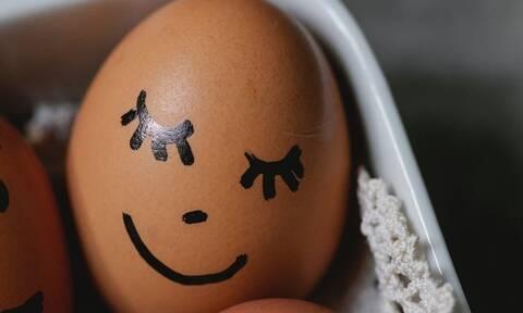Πώς θα αδειάσετε τα αβγά για να τα διακοσμήσετε (vid)