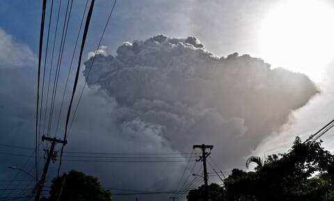 Άγιος Βικέντιος και Γρεναδίνες: Τέφρα καλύπτει το νησί της Καραϊβικής μετά την έκρηξη ηφαιστείου