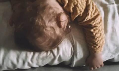 Έτσι κοιμάται ο γιος γνωστού Έλληνα ηθοποιού  (pics)