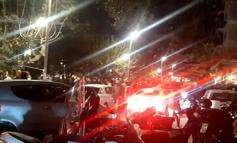 Lockdown: Ποιoς κορονοϊός; Πάρτι με... DJ στην πλατεία Βαρνάβα