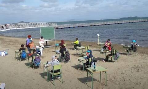 Koρονοϊός Ισπανία: Μαθητές... μετέφεραν τις τάξεις τους στην παραλία