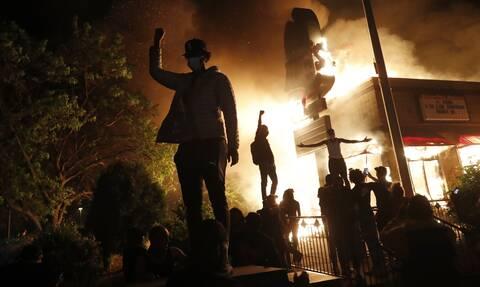 ΗΠΑ: Φόβοι για νέα «έκρηξη» ταραχών μετά τον θάνατο μαύρου από αστυνομικά πυρά στη Μινεάπολη